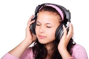 écouter de la musique par Petr Kratochvil« L'Éternel vous parla (…) vous entendiez la voix de ses paroles, mais vous ne vîtes aucune forme, seulement vous entendiez une voix »(Deut.4v12)