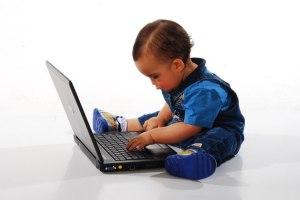 Enfant avec un ordinateur portable par Alan Toniolo de Carvalho Où commence la société de dépendance ? Et où s'arrêtera-t-elle ?