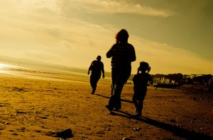 Les gens et coucher du soleil par George Hodan