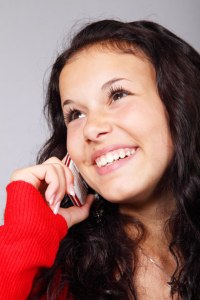 Femme parlant au téléphone par Petr KratochvilVous êtes face à une personne illustre : qui parle le plus ?