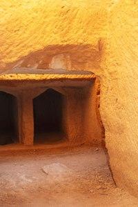 Tombes dans la roche par Petr KratochvilUn tombeau vide : une espérance vivante
