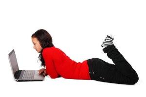 Femme couchée avec un ordinateur portabl par Petr Kratochvil