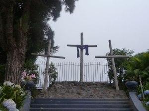 """Trois croix sur une colline par Lucy TonerTrois croix...Sur l'une, un seul s'est donné volontaire comme """"propitiation"""" ou sacrifice pour nous sauver."""