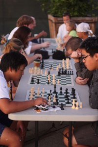 """Jouer aux échecs par Andrew Schmidt Soyons """"attentifs ensemble"""", quant à l'enjeu du combat spirituel"""