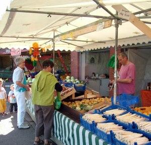 étal de marché avec des personnes par Brunhilde Reinig Les personnes sauraient-elles faire l'objet d'un marchandage ?