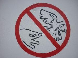 """Ne pas nourrir les oiseaux! par Lucy Toner """"Je ne peux pas empêcher les oiseaux de voler au-dessus de ma tête, mais je peux les empêcher de faire leur nid dans mon chapeau."""" (Luther)"""