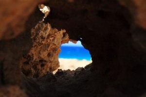 L'océan à travers le trou par Petr Kratochvil