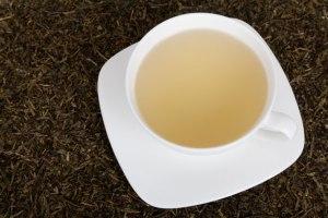 Tasse blanche d'un thé vert par Petr Kratochvil