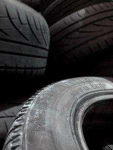 """http://www.publicdomainpictures.net/pictures/10000/nahled/33-1212867830uraI.jpg """"Le Dieu du pneu crevé"""" ou le Dieu qui s'intéresse à tous les aspects de notre vie."""