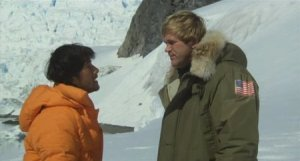 "La fin du monde ? On en débat ? Scène du film ""Virus"", avec Bo Svenson, à droite, et Masao Kusakari, à gauche"