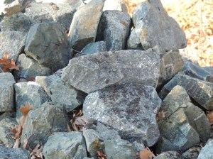 Que manquent-ils à ces pierres pour former une construction ?