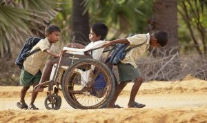 """Samuel, 13 ans, et ses deux frères...""""sur le chemin de l'école""""(un film de Pascal Plisson, 2013)"""