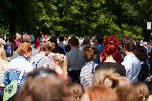 Marchez lentement dans la foule : que remarquez-vous ?
