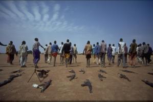 Au Soudan, d'anciens enfants soldats laissent derrière eux leurs armes pour montrer qu'ils retournent à une vie normale (UNICEF)