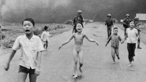 """Ce n'est pas """"au nom de la morale"""", que cette célèbre photo a été censurée, mais du fait d'une absence de mémoire historique de la part des robots de Facebook... (La Fille au napalm, de Nick Ut Cong Huynh. 1972)"""
