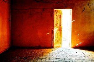 """Aujourd'hui, Jésus met devant toi """"une porte que personne ne peut fermer""""(Apoc.3v8). Oseras-tu """"franchir le pas"""" ?"""