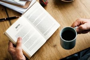 Pourquoi rester tout seul avec sa Bible et son café ? (Source : Rawpixel)